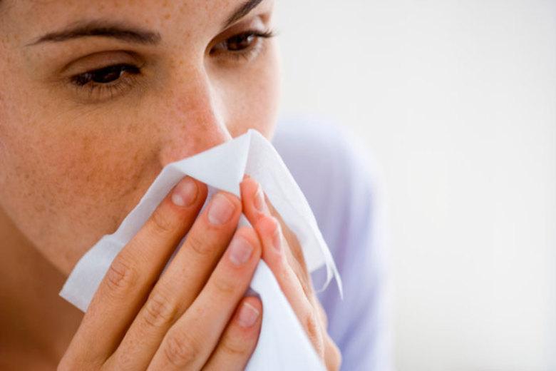 A estação mais fria do ano começa neste sábado (21). Com o inverno e a queda nos termômetros, aumentam os casos de doenças respiratórias. Gripe, pneumonia, resfriados, rinite, sinusite, bronquite e asma tendem a se agravar nos dias frios. Por isso, saiba como se prevenir e tratar esses problemas