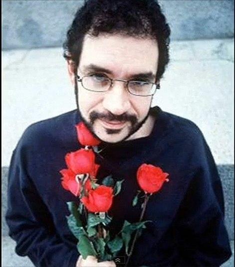 Aos 36 anos, o cantor Renato Russo morreu vítima da Aids. O ex-integrante da banda Legião Urbana nunca admitiu em público ter contraído a doença