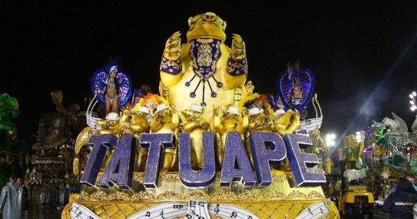 Acadêmicos do Tatuapé se prepara para entrar na avenida ...