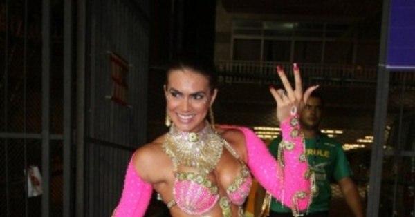 De fio dental, Renata Molinaro exibe corpo sarado em fantasia ...