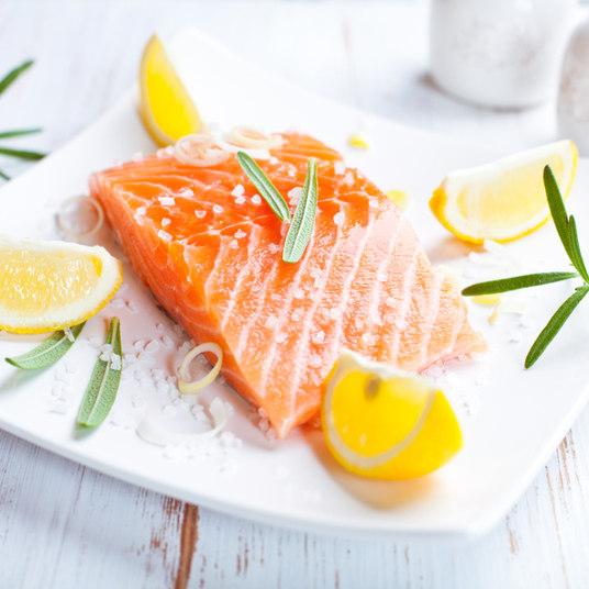 O Senado pretendia gastar R$ 1.710 para comprar 20 kg de salmão — o kg sairia por R$ 85. Uma pesquisa do R7 encontrou o mesmo produto por R$ 30 o kg
