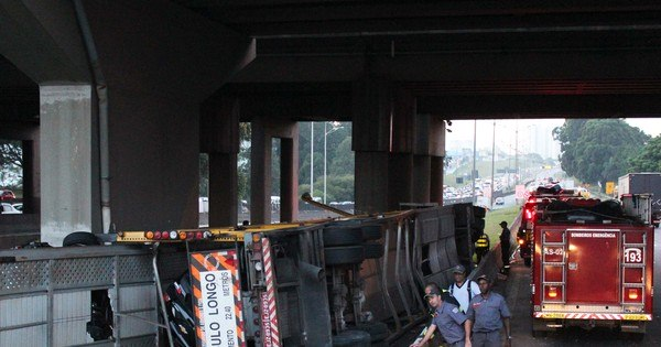 Caminhão- cegonha que transportava dez veículos tomba na ...