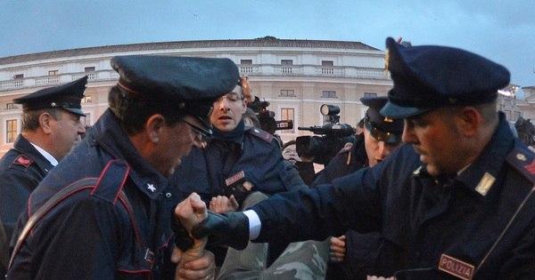 Ativistas do Femen protestam no Vaticano durante conclave ...