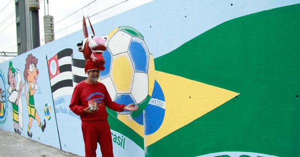 Vestido de burro, artista faz homenagem inusitada à Copa - Fotos ...