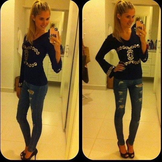 Nessa foto, nem a calça jeans e a blusa de manga comprida conseguiram disfarçar a magreza da filha de Monique