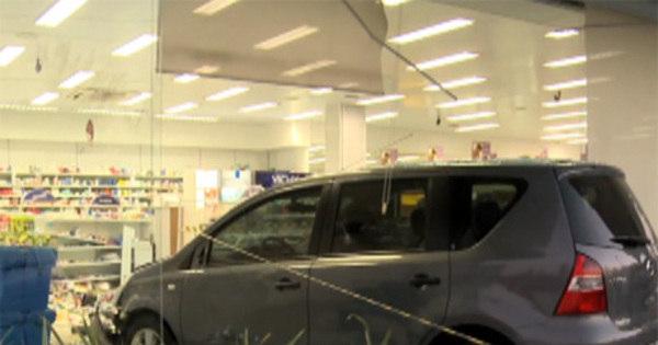 Mulher se confunde com marcha de carro e invade vitrine de ...