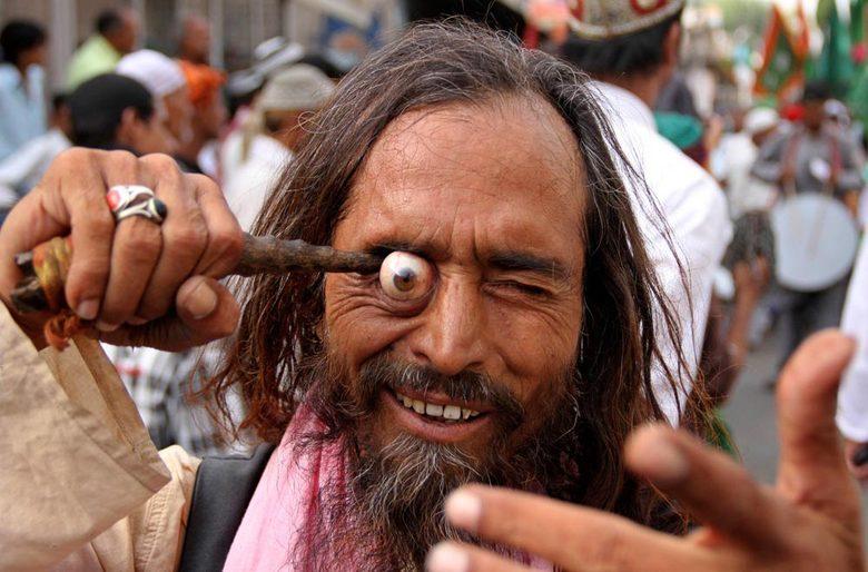 Devoto muçulmano, que está em peregrinação ao santuário sufita Khwaja Moinuddin Chishti para Urs, faz performance durante procissão em Ajmer, no deserto indiano do Rajastão. Urs é uma festa religiosa realizada anualmente na cidade