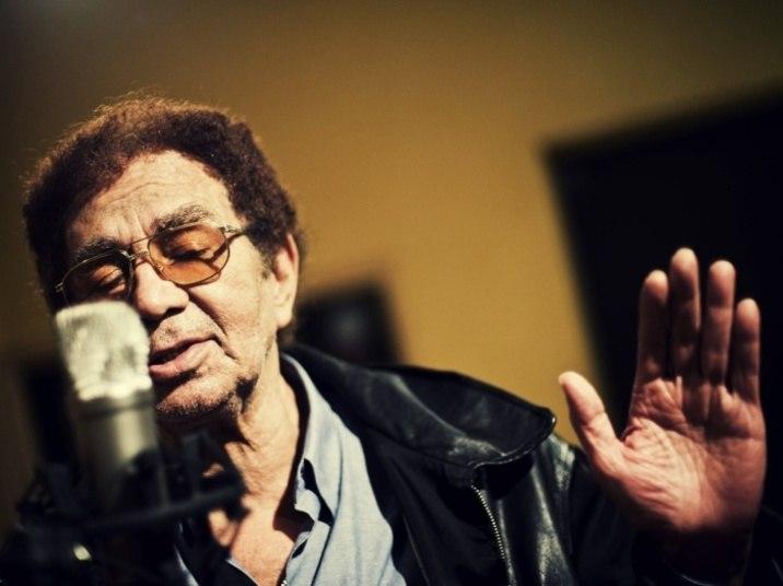Reginaldo Rossi nasceu em 1944, em Recife, no dia 14 de fevereiro de 1944. Antes de se tornar um ícone na música brasileira, ele cursou faculdade de engenharia, mas acabou trabalhando como professor de matemática