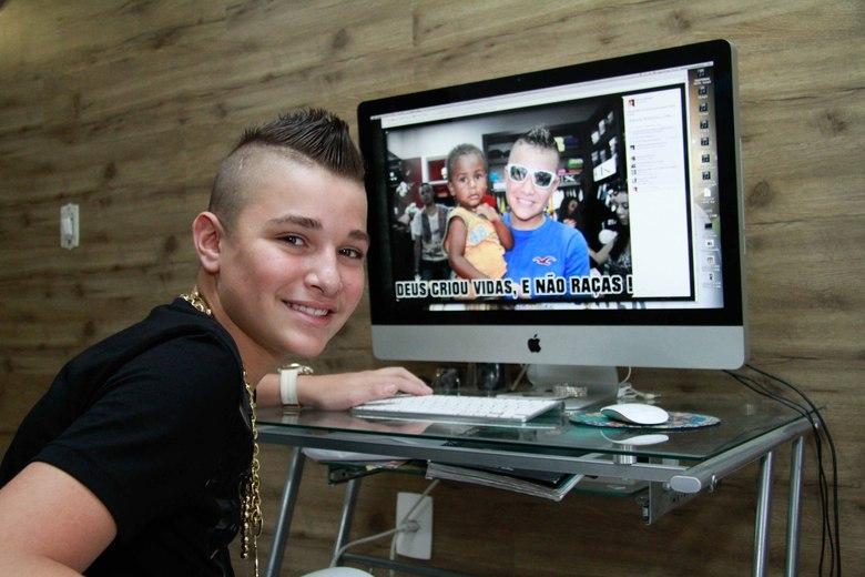 Larissa Manoela ganha beijinho de João Guilherme em festa
