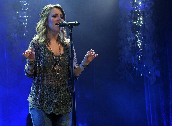 Sandy subiu ao palco do HSBC Brasil, em São Paulo, na noite de sexta-feira (18), para lançar seu segundo disco da carreira solo, Sim