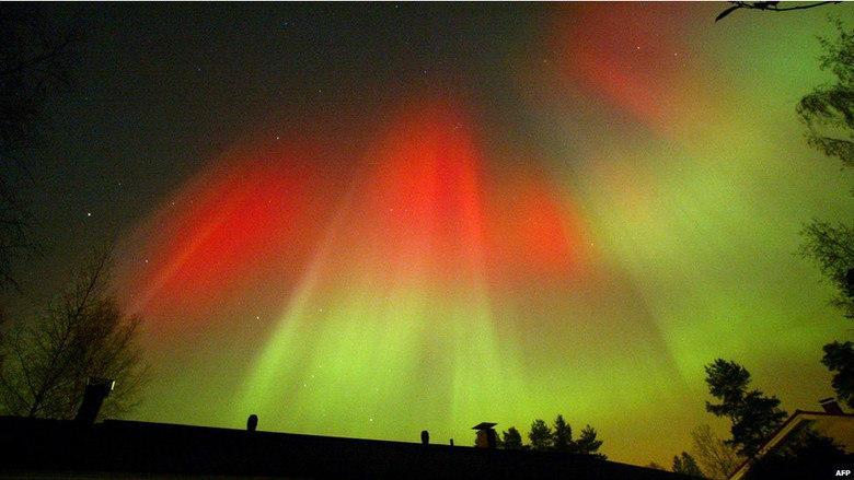 Quando as partículas de uma CME atingem a astmosfera, podem criar fenômenos de raios intensos de luz, conhecidos como auroras. Fortes CMEs podem afetar equipamentos eletrônicos em satélites e transformadores. O fenômeno mostrado acima ocorreu devido à interação de uma CME com a magnosfera da Terra. Esta CME deixou o sol no dia 31 de agosto e chegou à Terra em 3 de setembro de 2012