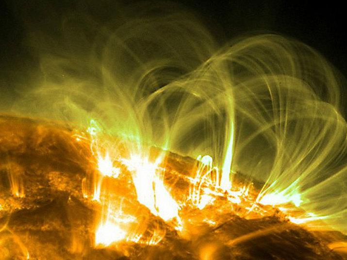 Fenômenos conhecidos como 'loops magnéticos' também podem produzir espetáculos de luzes. Eles se formam por partículas carregadas que giram em torno de campos magnéticos. Esses campos emanam de áreas ativas, tais como as manchas solares