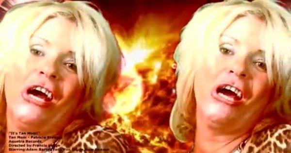 Mãe superbronzeada queima o filme em clipe bizarro - Fotos - R7 ...