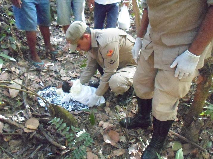 Uma bebê foi encontrada abandonada em uma fazenda de Niquelândia (GO). A menina foi achada no último domingo (26) e as fotos foram enviadas nesta semana pelo Corpo de Bombeiros