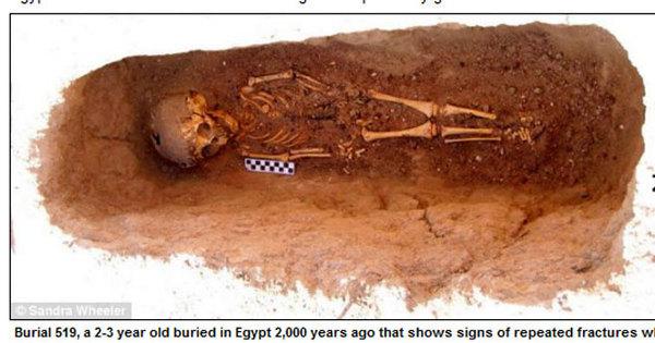 Arqueólogos desenterram esqueleto de criança que sofreu abuso ...