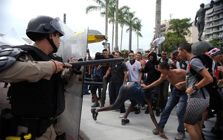 Equipados com escudos, cassetetes, roupas com proteção de borracha, armas letais e não letais, como granada de luz e som e balas de borracha, os militares mostraram uma tática em que liberam cachorros da raça pastor alemão contra os manifestantes