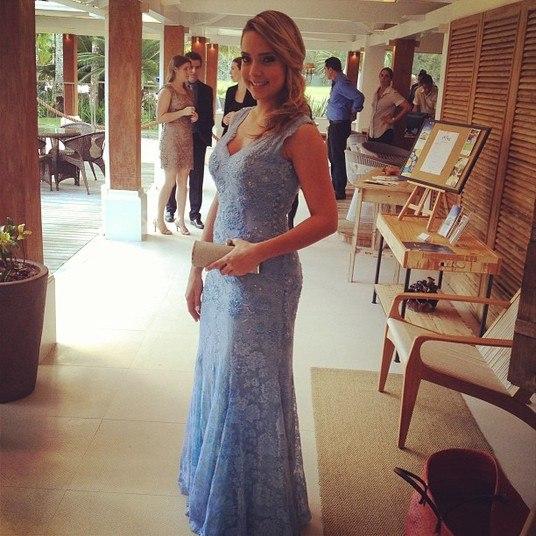 No casamento do jogador Paulo Henrique Ganso, do qual foi madrinha, Carolina arrasou com um longo azul levemente decotado. A peça valorizou as curvas da loira com elegância e discrição