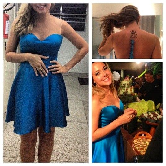 De vestido azul com saia evasê e decote coração para uma festa
