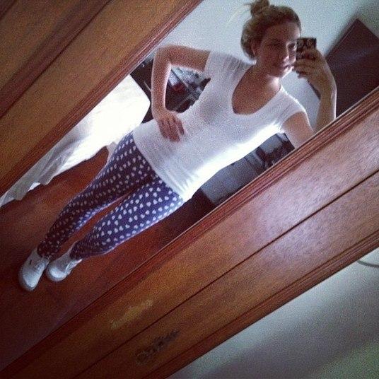 Fofura até no look básico: a calça estampada de Carolina tem coraçõezinhos