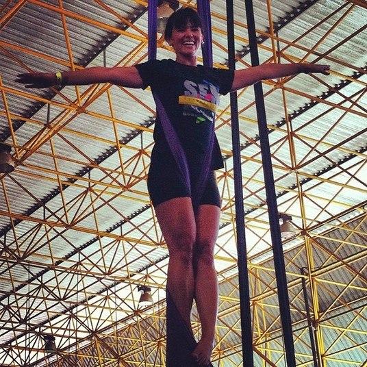 Suzana também se aventura em atividades desconhecidas, como quando fez uma aula de acrobacia
