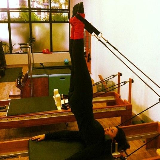 A atriz e empresária Suzana Alves se formou em jornalismo e hoje tem um estúdio de pilates com uma amiga fisioterapeuta. Ela dá aulas, faz teatro e não abre mão da rotina de exercícios diversificada