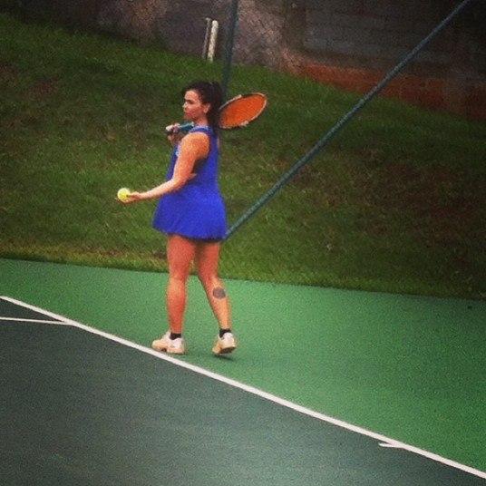 E ela também se dedica ao esporte favorito do marido Flavio Saretta, ex-tenista