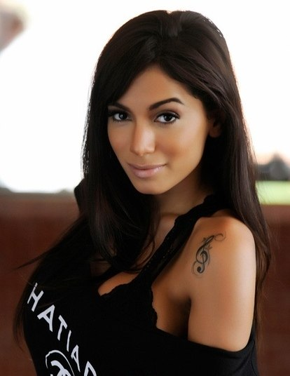Anitta SinceraSem papas na língua. Anitta não tem nenhuma! Em entrevista ao R7, a musa diz que até se considera uma menina má por causa de sua sinceridade extrema. Anitta confessa que já perdeu amigos por causa disso