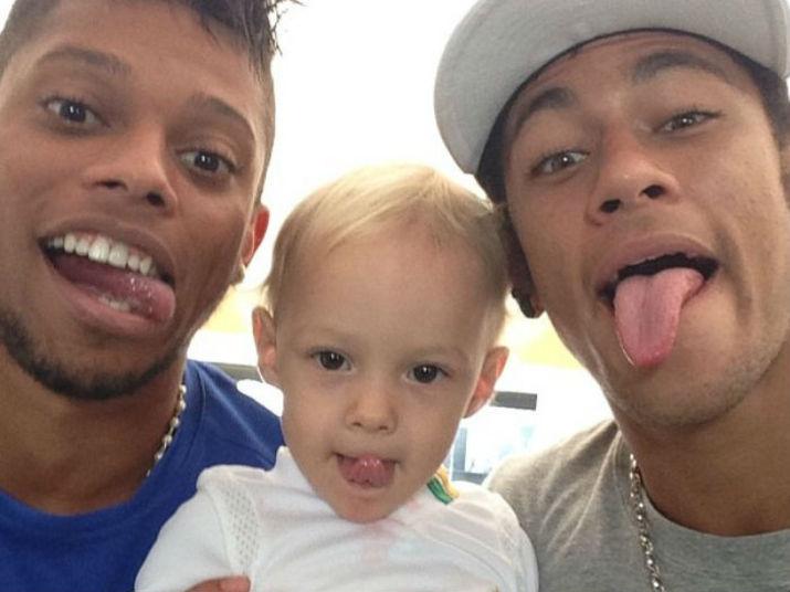 Logo após a Copa das Confederações, Neymar embarca para Barcelona sem previsão de voltaVeja: Contratação de Neymar repercute pelo mundo