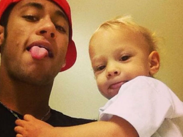Será que o jogador vai conseguir ficar longe do filho ou vai acabar levando o menino junto?Veja também: Neymar chega à Espanha para ser apresentado como reforço do Barcelona