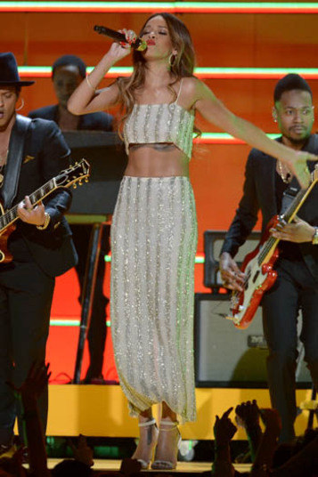 Rihanna optou pelo conjunto, mas equilibrou o visual com saia longa. O  top é tão curto que até mostrou a tatuagem que a cantora tem sob os  seios. Mesmo assim, o umbigo não apareceu. Ponto para Rihanna!