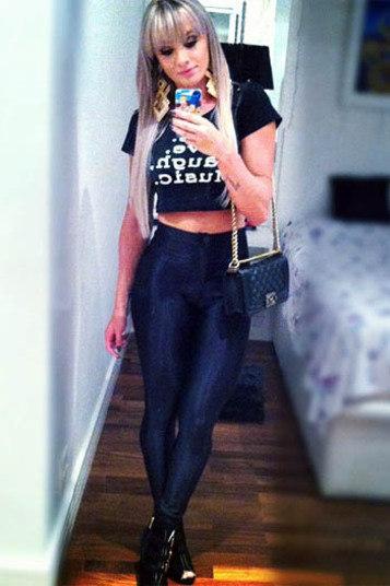 Juju Salimeni adora top cropped. A bela tem uma verdadeira coleção de camisetas curtas que usa com peças de cintura alta