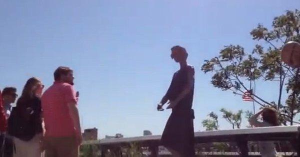 Manequim passa por estátua viva em Nova York - Notícias - R7 Hora 7