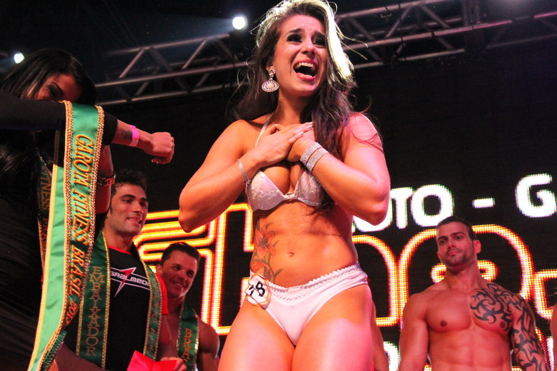 Acredite, a Garota Fitness 2013 não está satisfeita com o corpo. 'Se eu pudesse melhoraria tudo [risos]. Meu sonho é colocar silicone nos seios', revelou Nathália