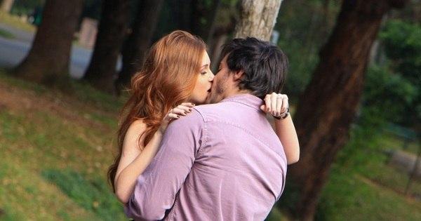 Quê isso, novinha? Marina Ruy Barbosa dá beijão em Ricardo Tozzi