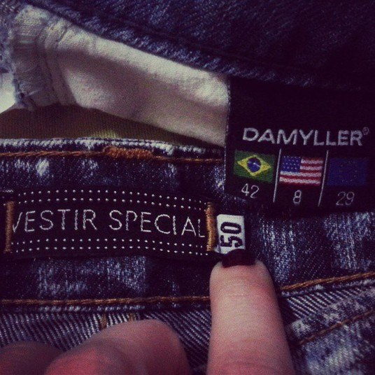 A foto de duas calças jeans comprovou o feito, Paulinha está mesmo mais enxuta. E o segredo da silhueta esguia e 18 kg mais magra ela revelou ao jornal Extra: água