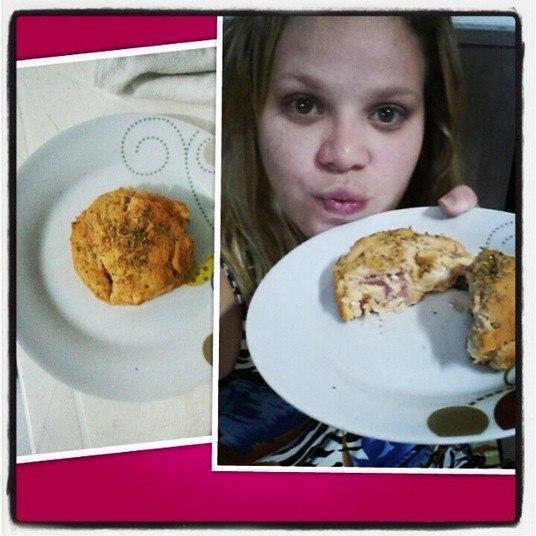 Acima, Paulinha mostra seu 'salgado maromba', um quitute preparado com frango, couve flor, cenoura, sopa de aveia e queijo desnatado