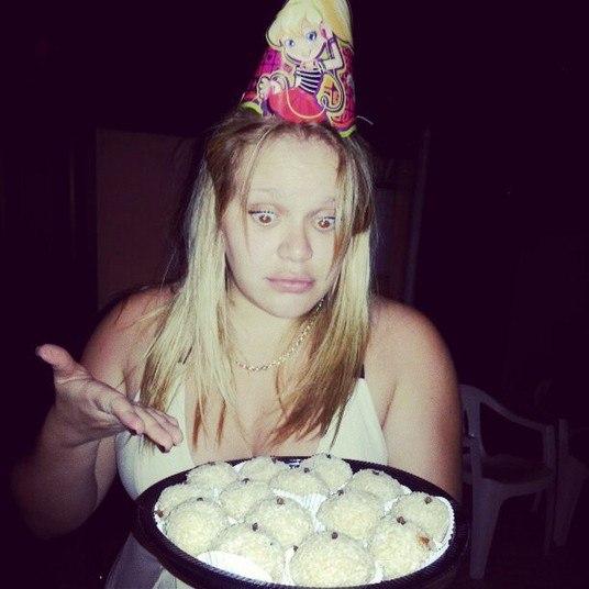 Em um aniversário, Paulinha passou vontade! Cobiçou e até tirou foto com a bandeja de beijinhos, mas jura que não comeu nenhum