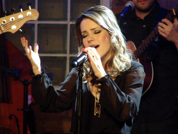 Sandy também fez uma releitura de um dos maiores hits de Marisa Monte,Beija Eu