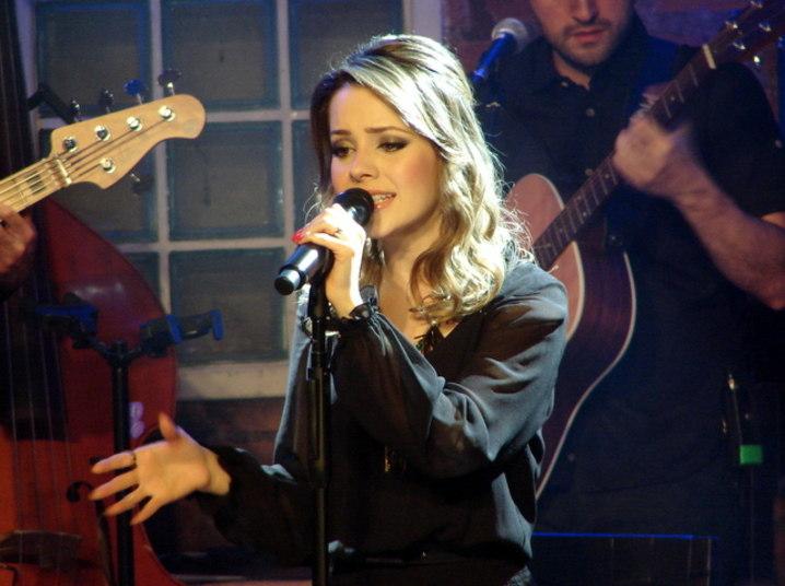 Sandy se apresentou no Bourbon Street, em São Paulo, em noite especial do Dia dos Namorados