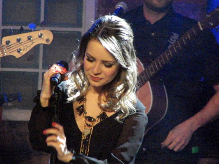 Segundo o colunista Flavio Ricco, a cantora teria dito a um assessor que precisava se cuidar mais por causa da gestação