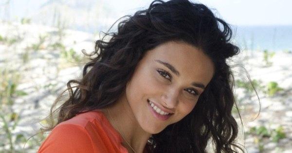 Vizinhos de Débora Nascimento reclamam da atriz, diz jornal ...