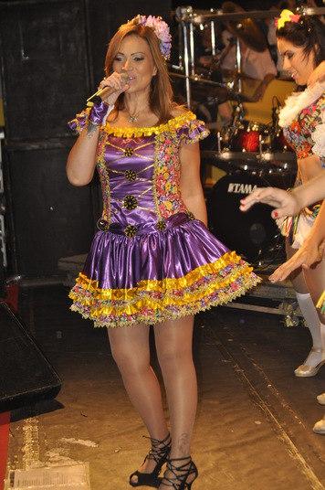 Grávida de 4 meses, a cantora Solange Almeida, vocalista do grupo Aviões do Forró, subiu ao palco da praia de Ponta Negra, em Natal (RN) disfarçando a barriguinha