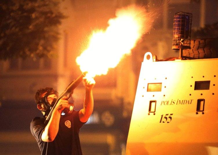 Durante a evacuação de centenas de pessoas que ainda permaneciam no parque, policiais turcos dispararam jatos de água e gás lacrimogêneo para conter os manifestantes