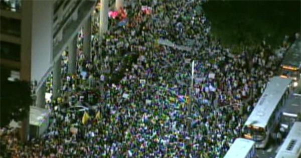 Milhares de manifestantes tomam ruas no centro do Rio - Notícias ...