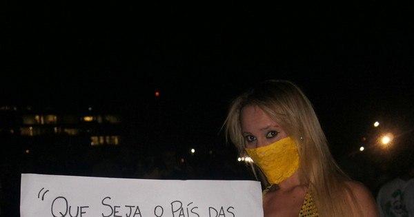 Funkeira de Brasília leva cartaz polêmico para manifestação na ...