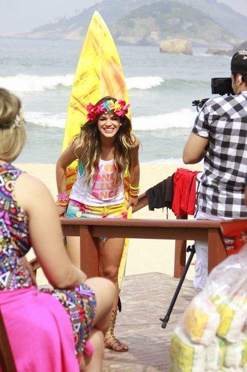 A namorada de Neymar consegue transformar trabalho em diversão, né? A atriz estava linda!