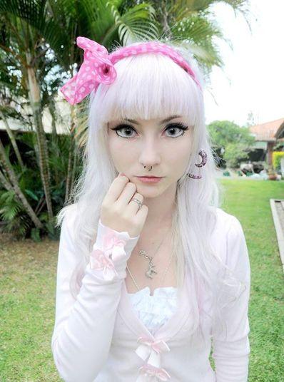 Andressa Damiani, 20 anos, ganhou fama na internet por gravar vídeos tutoriais ensinando as meninas a se parecerem com uma boneca humana