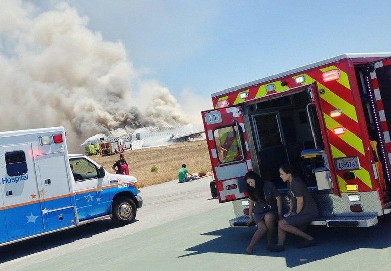 Dezenas de carros de bombeiros e ambulâncias participaram do resgate. Uma das adolescentes chinesas encontradas mortas ao lado do avião pode ter sido atropelada por um desses veículos