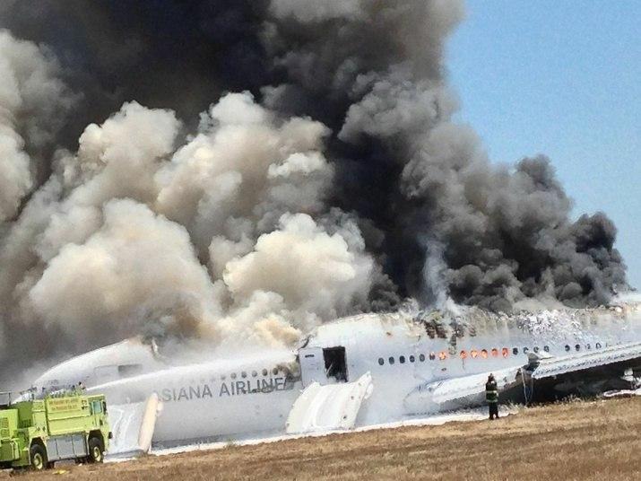 As imagens, feitas logo após o acidente, mostram a intensa fumaça na aeronave