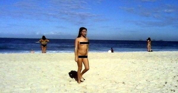 Mulher completamente nua é flagrada tomando banho de mar em ...